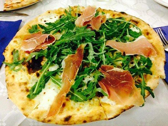 pizza con rucola e prosciutto crudo