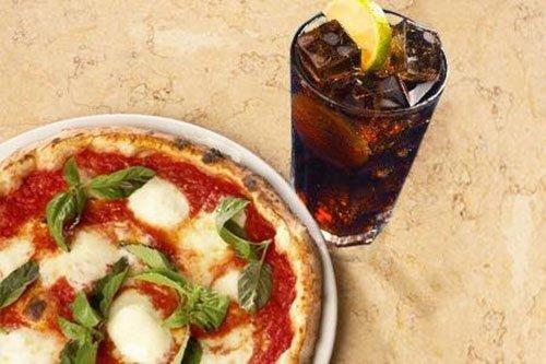 pizza margherita con bicchiere di Coca Cola