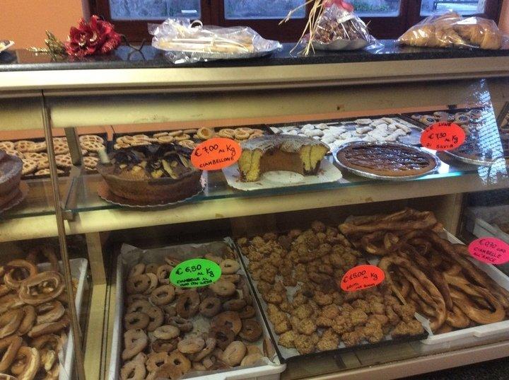 Biscotti e crostate di tutti i gusti sono sempre disponibili per gli amanti dei sapori dolci nonché le torte