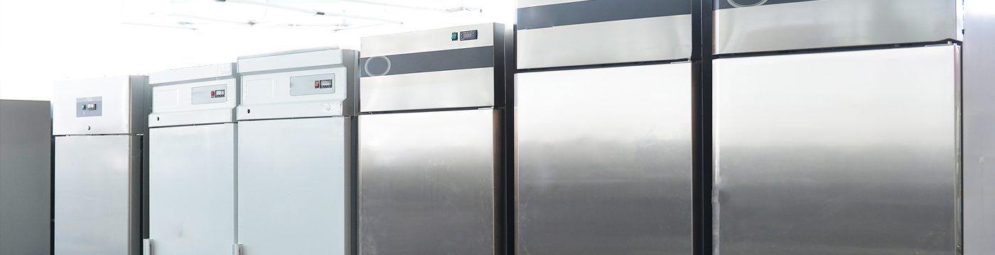 una serie di frigoriferi metallizzati