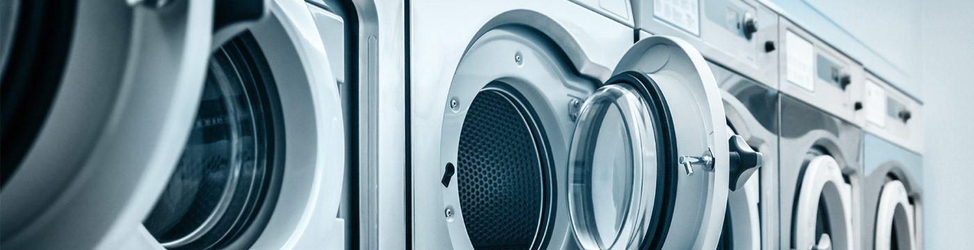 una serie di lavatrici con oblo aperti