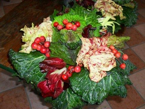 verdura a foglia larga e pomodorini