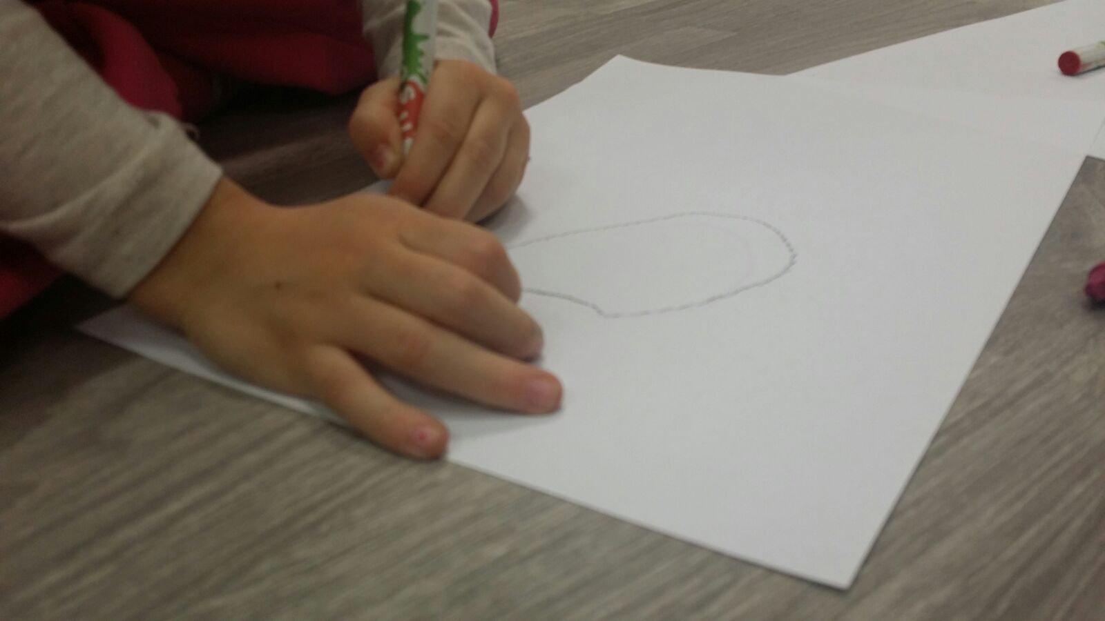 bambino che disegna