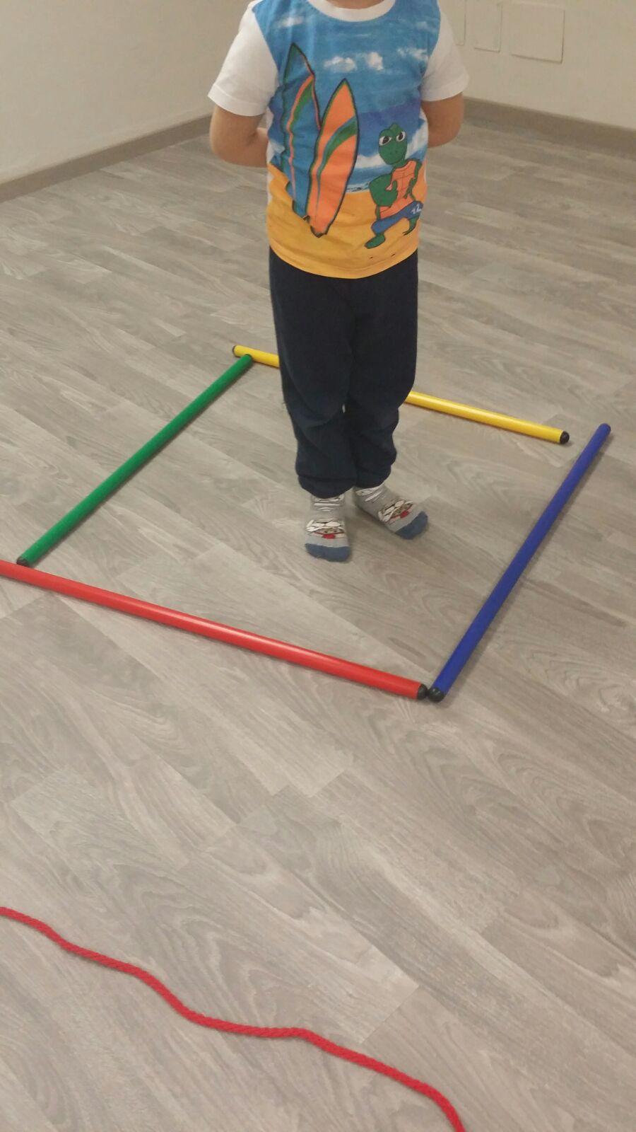 bambini che effettuano esercizi fisici