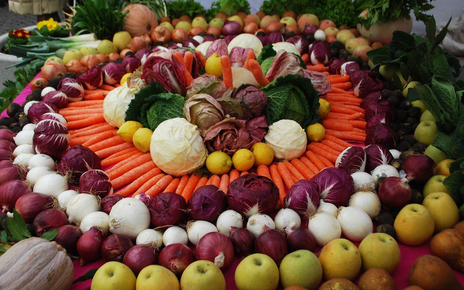 Della frutta e della verdura decorate a forma di  fiore