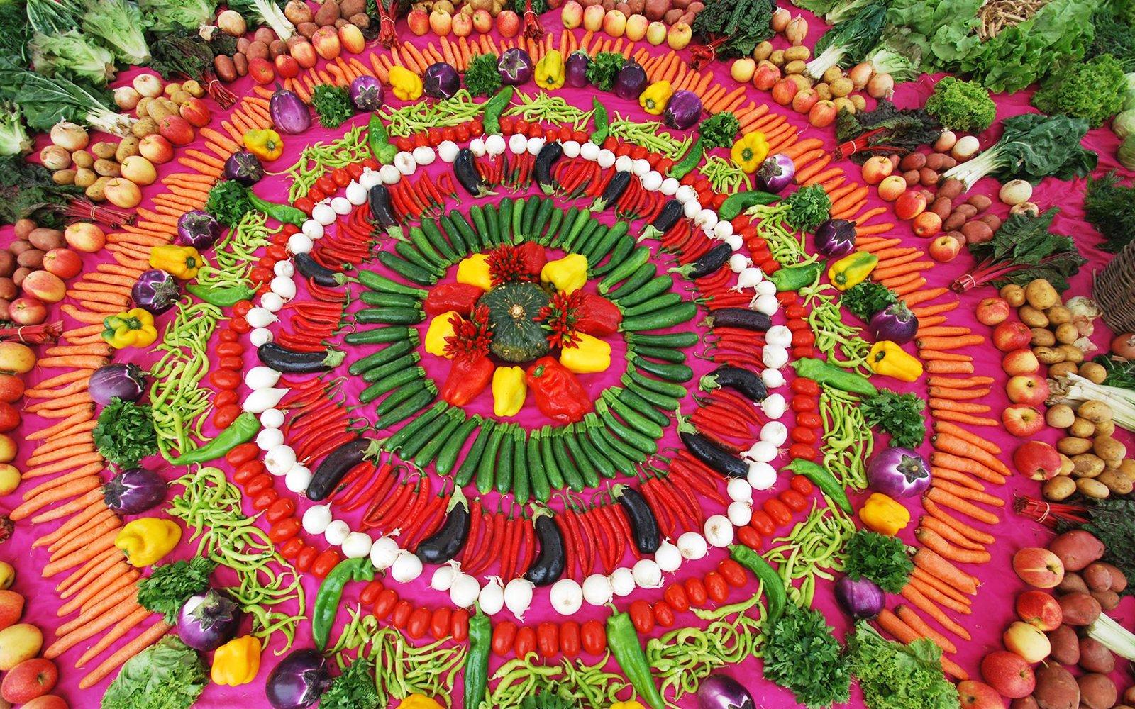 Della frutta e della  verdura decorate a  forma di un fiore multicolore