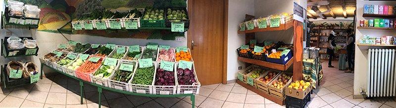Delle cassette di frutta e verdura all'interno di un negozio