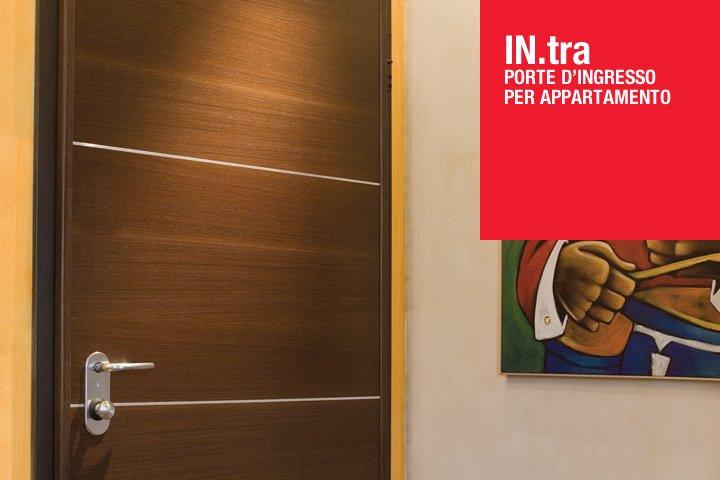 Porte d'ingresso per appartamento del marchio IN.tra fatta in legno e linee incrastato di metallo del marchio IN.tra