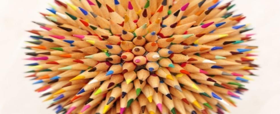 un mucchio di pastelli colorati