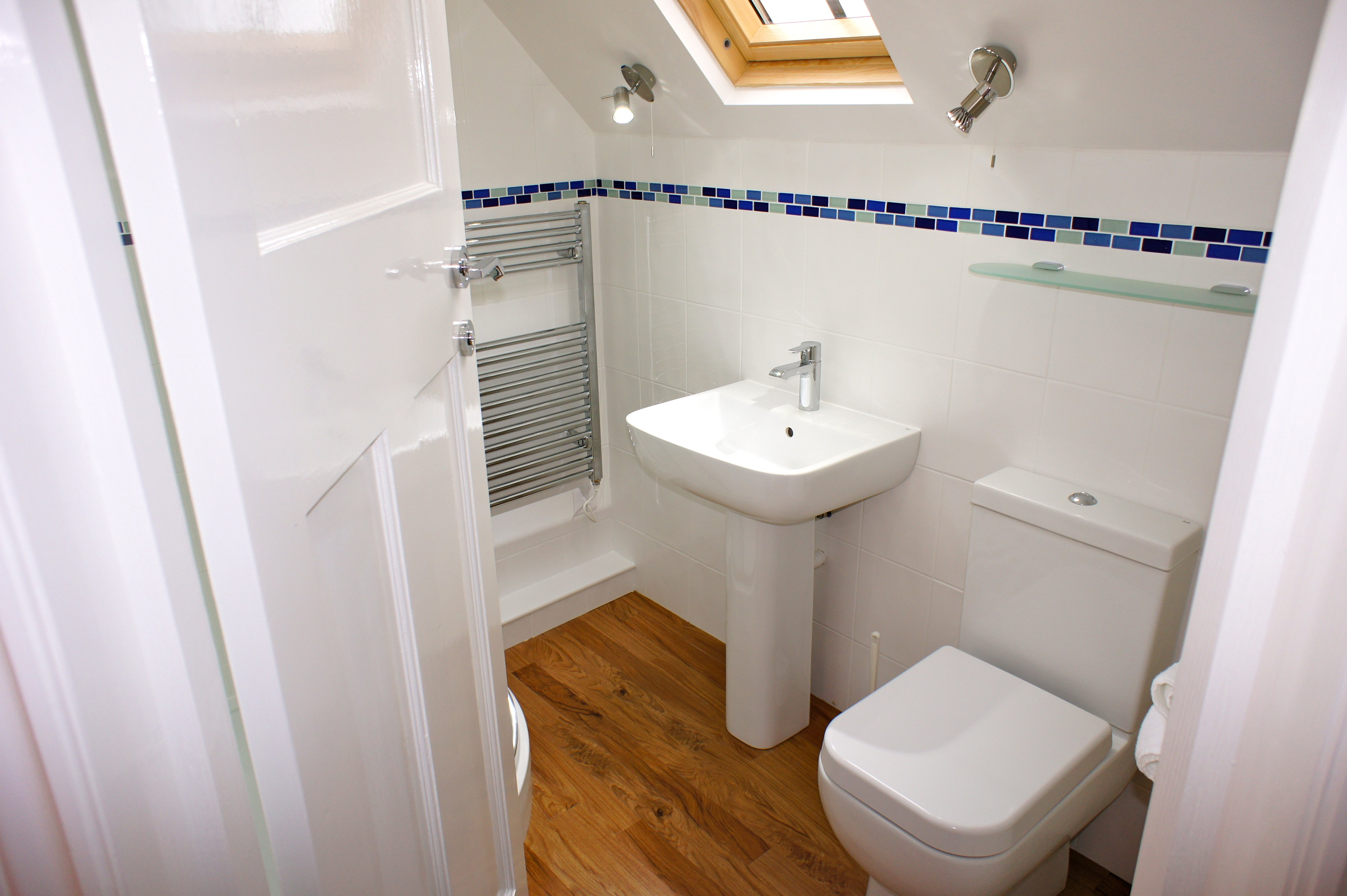 Deep Blue Shore Looe Cornwall - Family Shower Room