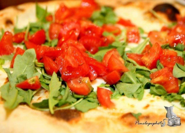 Pizza con pomodorini e rucola