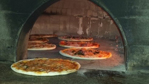 pizza cotta nel forno a legna, cottura classica