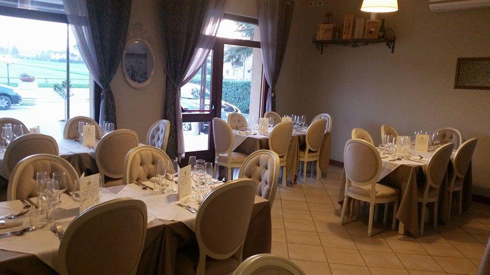 tavola apparecchiata con tovaglia beige, candelabro in cristallo e sedie beige