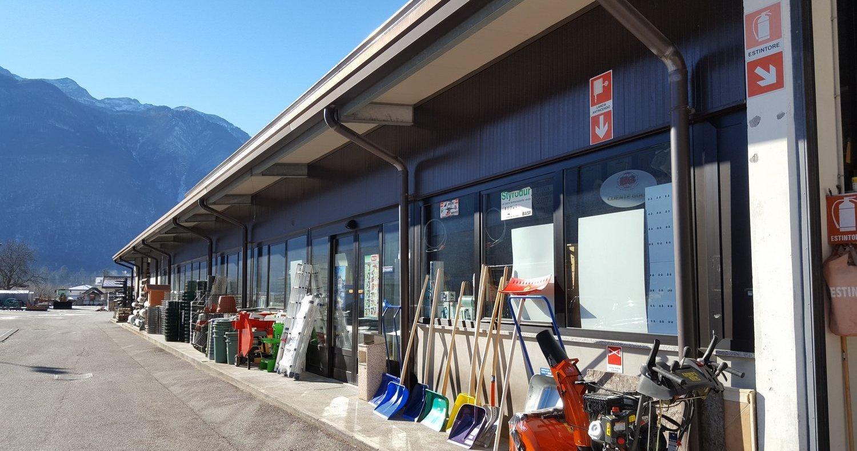esterno magazzino con strumenti da lavoro edile