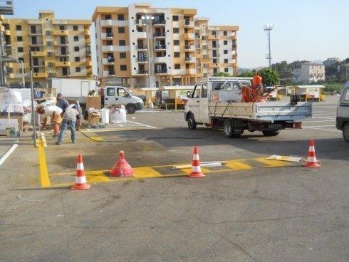 Fase operativa di realizzazione di segnaletica di parcheggi