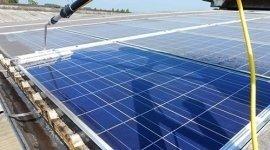Fase di pulizia impianto fotovoltaico con evidente risultato