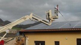 Lavori di pulizia impianti fotovoltaici con l'ausilio di cestello per lavorare in sicurezza