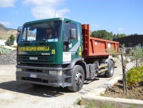 Automezzo aziendale scarabile per il servizio di trasporto rifiuti