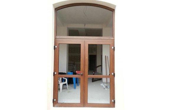 Portone in PVC con vetrata