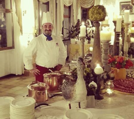 chef sorridenter durante un`esposizione culinaria