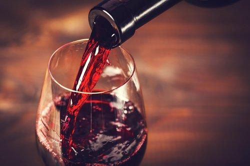 bottiglia e calice di vino bianco