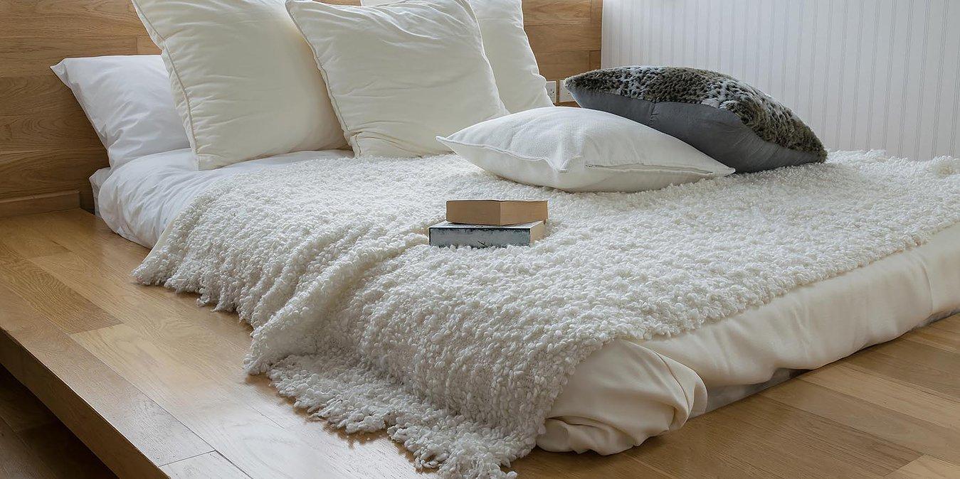 materasso con dei cuscini sopra