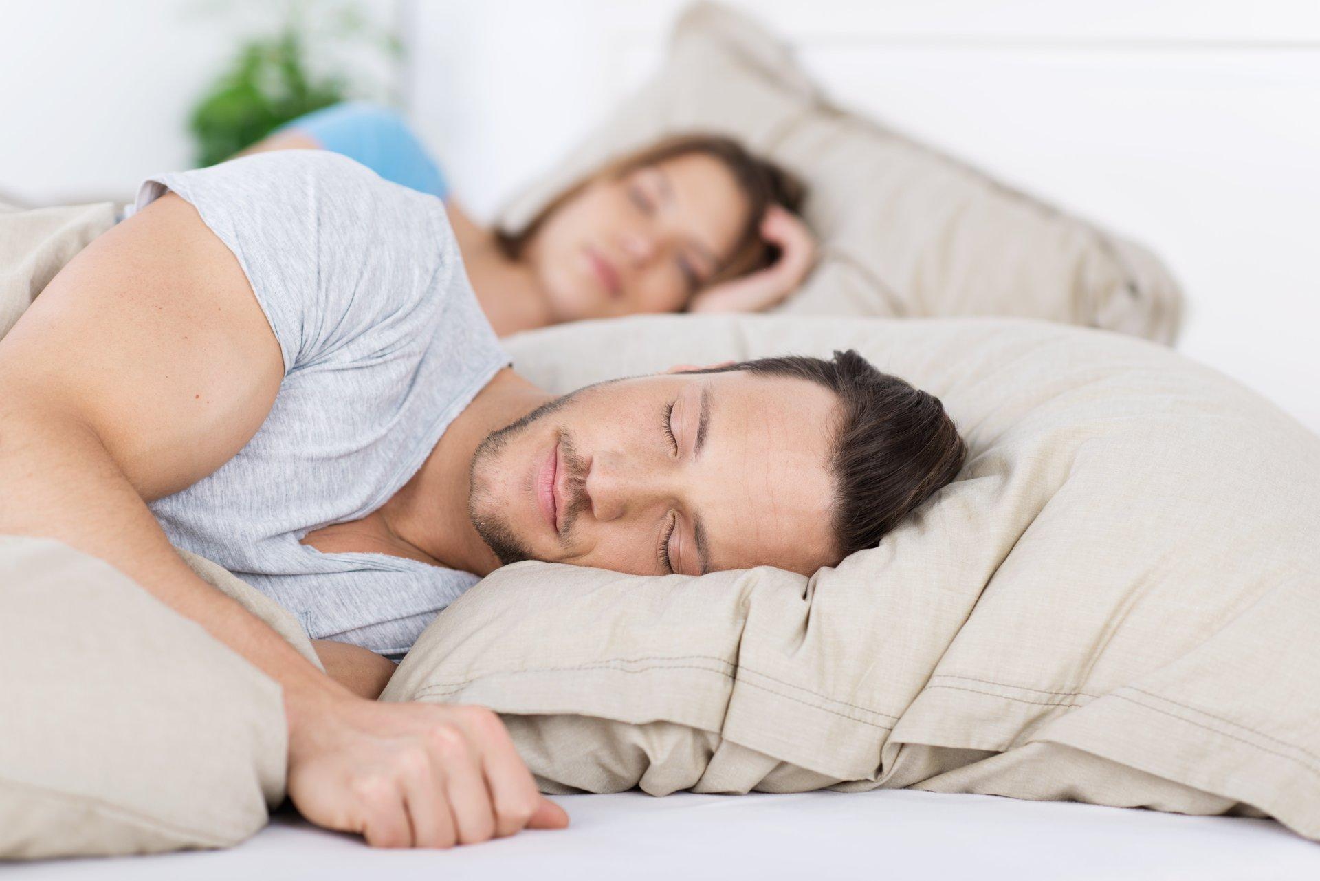 uomo e donna mentre dormono