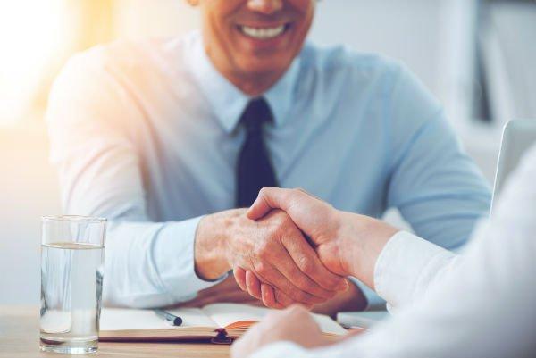 stretta di mano tra cliente e consulente finanziario