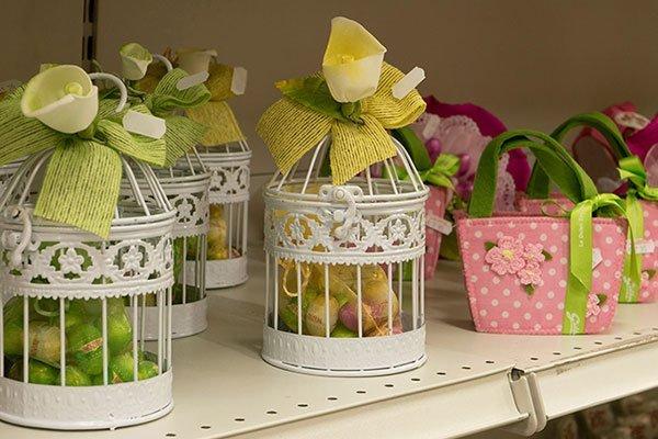gabbiette con dei fiocchi colorati e dentro degli ovetti di Pasqua