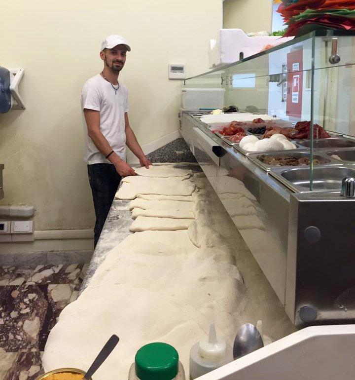 uomo preparare la pasta della pizza