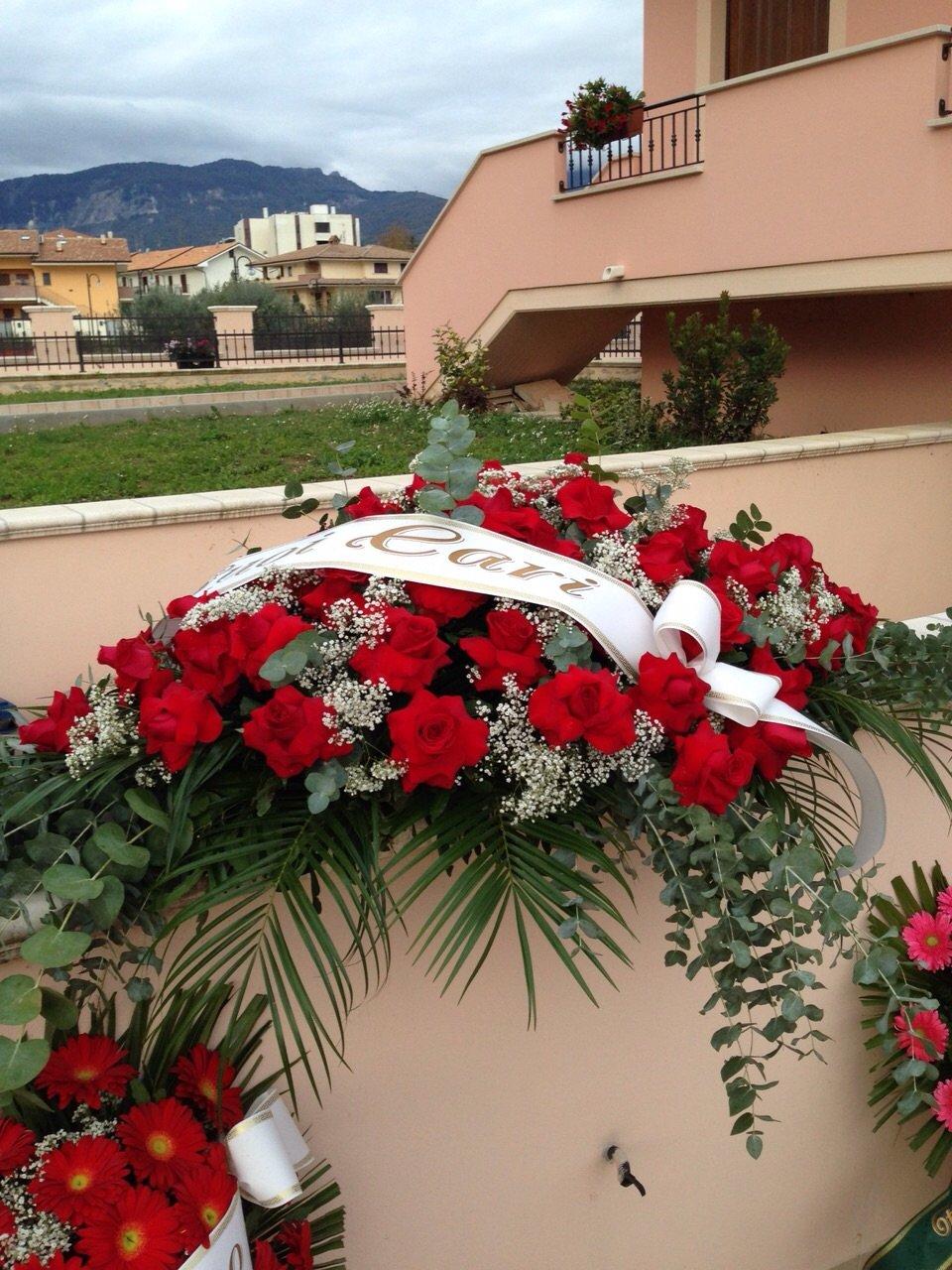 corona funebre di rose rosse