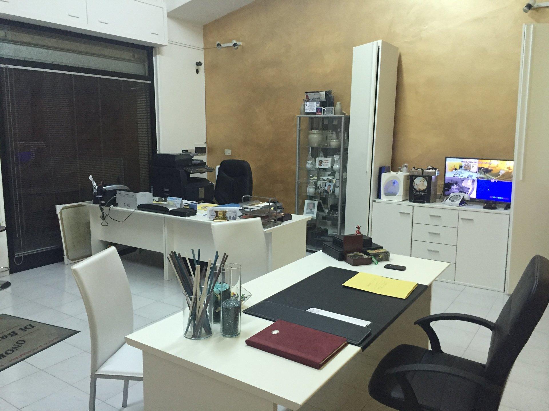 vista scrivanie interno ufficio