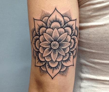 un tatuaggio di un fiore