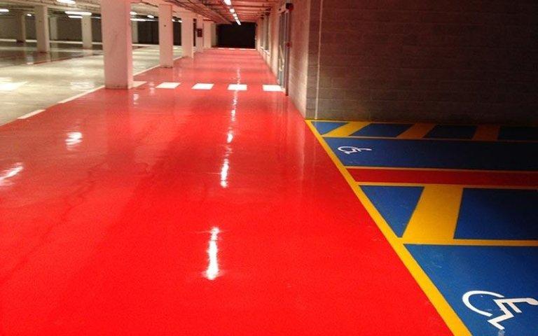Segnaletica di sicurezza su pavimento industriale