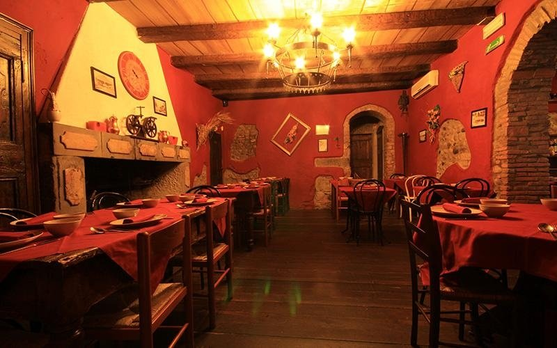 Sala ristorante pareti rosse