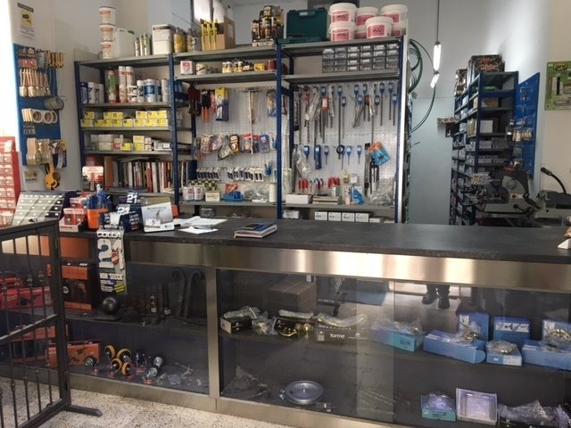 Banco del business con prodotti in le vetrine, nella parete scaffali con piccoli prodotti
