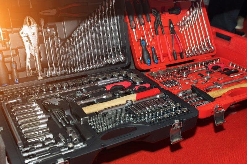Due casse attrezzi,una grande nera e una piccola rossa contenenti cacciaviti,martello,e diverse chiavi