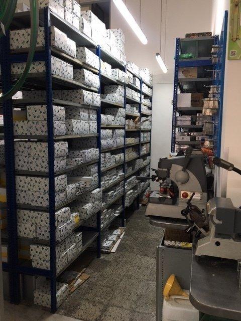 Angolo del magazzino pieno di casse e una macchina per raddoppiare chiavi