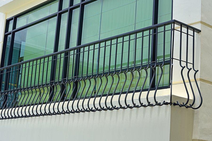 finestre a vetri con ringhiera di metallo