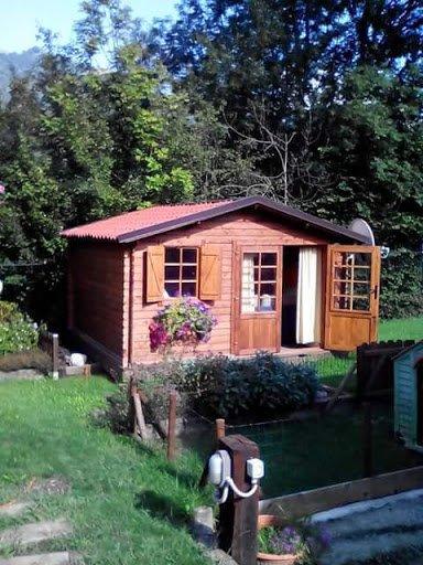 casa in legno circondata da una area verde