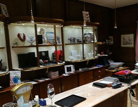 il bancone e una vetrina in una gioielleria