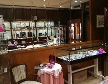 delle vetrine in una gioielleria