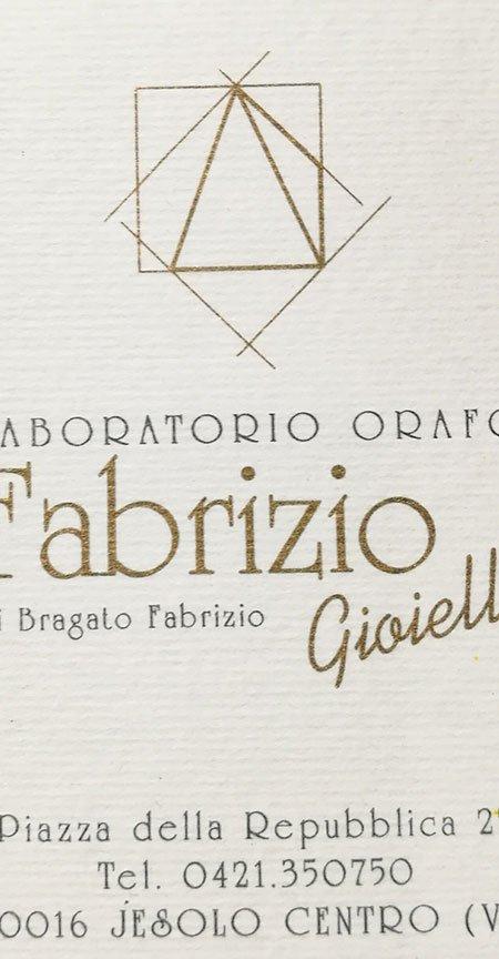 un biglietto con scritto Laboratorio orafo Fabrizio Gioielli