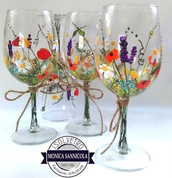 dei bicchieri di vetro con disegni a fiori colorati