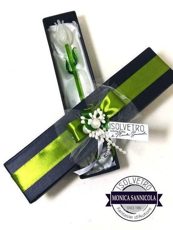 una confezione con dentro una rosa bianca di vetro
