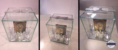 dei pacchi dono in vetro con dentro un'immagine della madonna