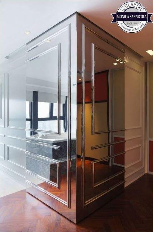 angolo di una parete ricoperto da vetro specchio