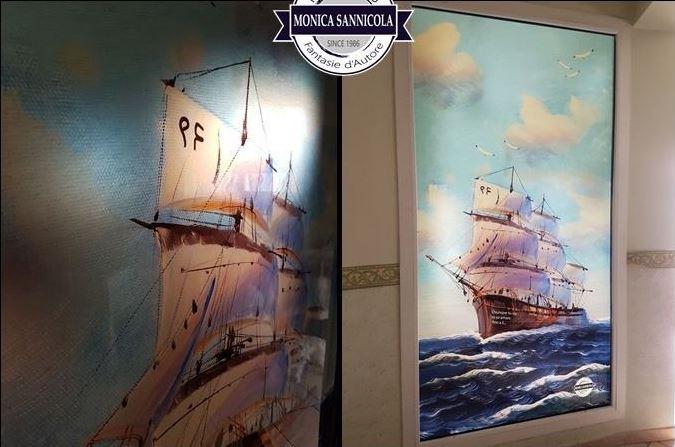 una vetrata con un disegno di una barca a vela
