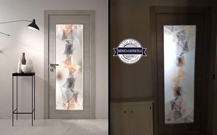una porta in legno e vetro con dei disegni