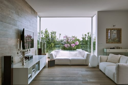 soggiorno moderno con divani bianchi